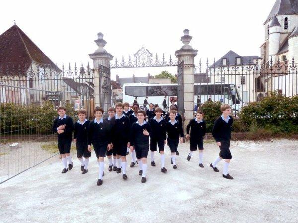 Les Petits Chanteurs garnissent les bancs du groupe scolaire Saint-Jacques, à Joigny...Presse L'Yonne