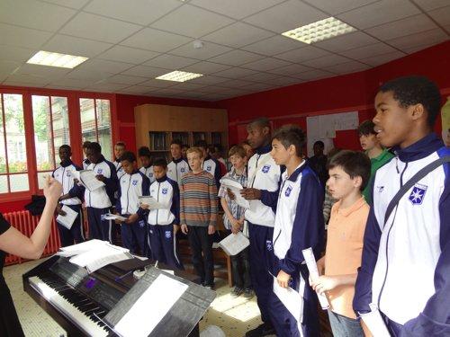 Rencontre entre les Petits Chanteurs à la Croix de Bois et les jeunes du centre de formation de l'AJA
