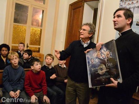 Charles Troesch a fait don, hier, d'un disque de platine à la Manécanterie, à Brienon-sur-Armançon