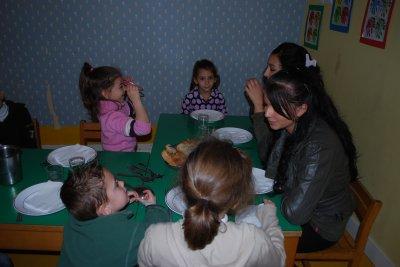 Léna et Kenza pendant le repas des petits
