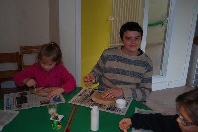 Wiliam qui fait de la peinture avec les petits -----> retour en enfance!