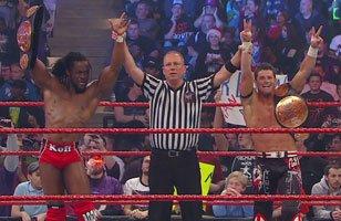 Air Boom (Kofi Kingston et Evan Bourne) (c) battent Primo et Epico (avec Rosa Mendes)Tag Team match pour le championnat par équipe de la WWE