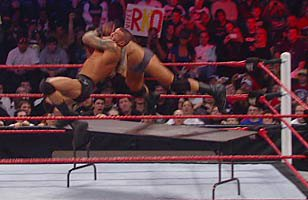 Randy Orton bat Wade Barrett.	Tables match