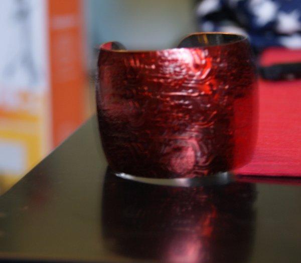 Bracelet métal rouge relief