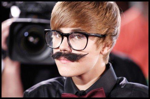 """Justin a annoncé sur Twitter il y a quelques heures qu'il n'allait pas se raser pour montrer à ses fans sa vrai moustache ! En effet il a tweeté : """" Je ne vais pas me raser pendant un mois donc vous pourrez tous voir ma moustache .. """"Qu'en pense tu ?"""