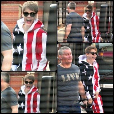 Justin a été aperçu rejoignant son bus de tournée le 24 mars dernier, il portait une tenu avec le Drapeau américain Dessus . Cute nan ?