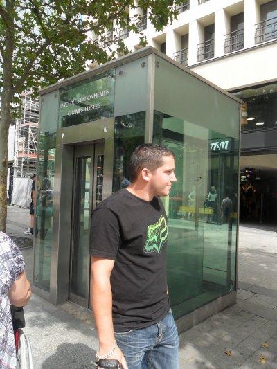 BALLADE  SUR  LES  CHAMPS  ELYSEES  A  PIEDS... 17 août 2011