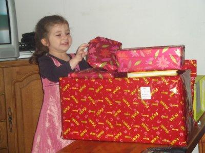 ma cherie ouvre ces cadeaux d'anniversaire ah elle a etais tres  gater la chance quelle a..... LOL
