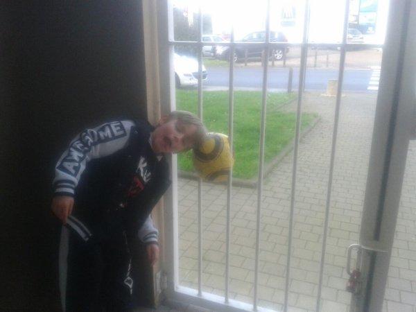 Mon fils à côté du ballon que j'ai frappé un peu fort et qui à coincés de la grille...!!balaise..!!