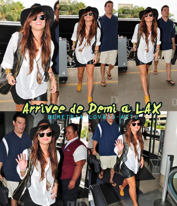 24/07/11 :Voici des photos de Demi à son arrivée à l'aéroport de LAX, Los Angeles. Top ?  La tenue de Demi est vraiment trop belle, j'adore son chapeaux il luis va vraiment bien ! Ton avis ?