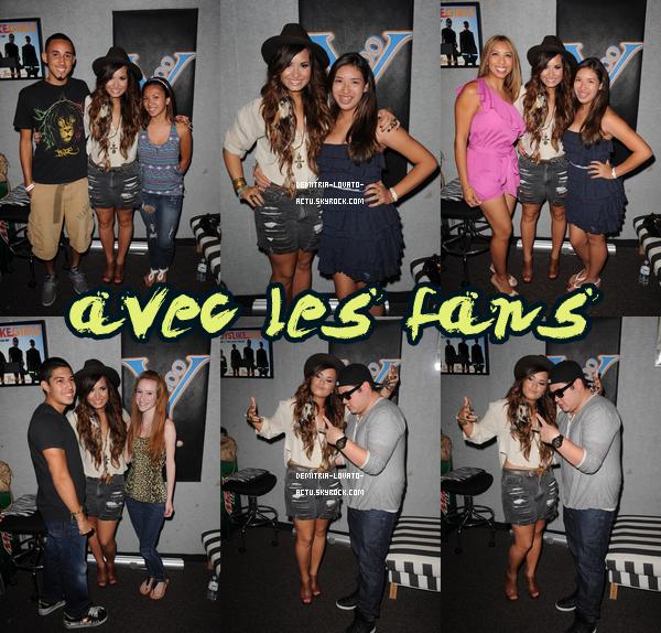 22/07/11 : D'autres photo de Demi lorsqu'elle à visité les studios  iheartradio, à Los Angeles. Vos avis ?  Elle a posé avec ses fans puis seule.