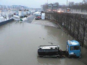 Acqua alta à Paris... vers la BNF François Mitterrand... au pont de Tolbiac Zülpich les canards barbotent sur le quai pinardier de Bercy... surprise du camionneur mal garé... gare à toi... Lutèce Parisii fluctuat nec mergitur... Pleurer le ciel ail cela fait faire... Si grand déluge sera et si subite... L'onde monter Fesulan Olympique... j'rigole koike..