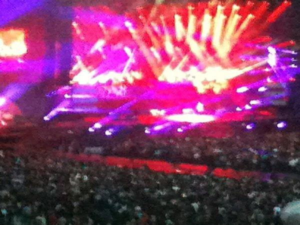 une photo du concert de Johnny pas top trop de lumière pour l iPhone ou c est moi qui suis nul loool