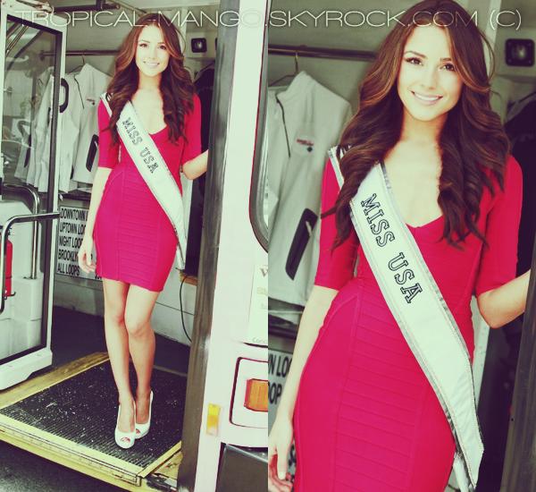 19/06/12 - Olivia Culpo, Miss Usa dans un bus faisant un tour dans New York City.Cette action a été réalisée en faveur de la lutte contre le cancer du sein. Niveau look, j'aime beaucoup la robe rouge d'Olivia !