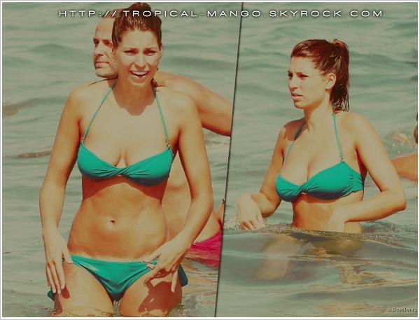 21/08/12 - MISS PAYS BAS UNIVERS 2011 ET LAURY THILLEMAN A LA PLAGE. Kelly Weekers et Laury étaient réunies, lors de leurs vacances, sur une plage de St Tropez. Elles étaient notamment très amies durant le voyage de préparation à Miss Univers au Brésil en 2011. Kelly avait figuré dans le TOP 16, quant à Laury dans le TOP 10.