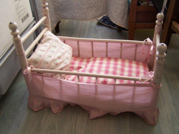 lit avec entourage rose