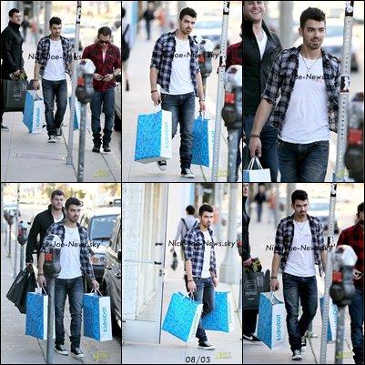 08 mars 2011: Joseph après un shopping à KidRobot Boutique :)