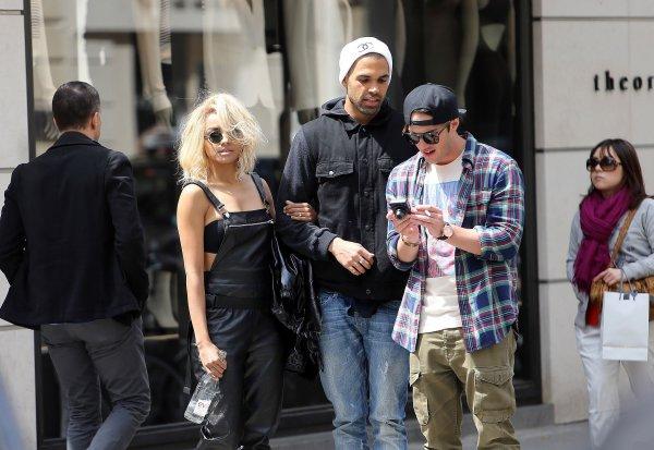 Le 17 Mai 2013: Kat a été aperçue se promenant dans les rues de Paris avec son fiancé et Michael Trevino.
