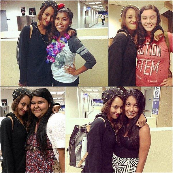 Le 17 Août 2013: Kat a été aperçue posant avec quelques fans à l'aéroport de Dallas.