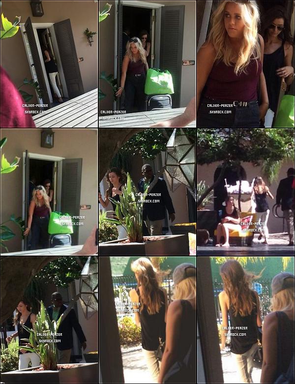 """15.09.2014  L'amie d'Eleanor ; Danielle Bernstein est venue assister a la """"Fashion week"""" de Londres, elle en à donc profité pour rendre visite à Eleanor. Elles ont donc pris leurs petits déjeuners accompagnés d'Alana, à Londres"""