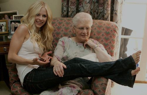 Avril et sa grand-mere  ♥