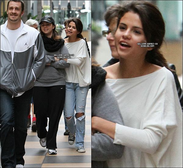 ... Samedi 8 Janvier : Selena et sa famille étaient au centre commercial de Sherman Oaks dans Los Angeles. ...