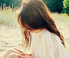J'aurai voulu être indispensable. A quelque chose, à quelqu'un. A propos je t'aimais. Je te le dis a présent car cela n'a plus d'importance.
