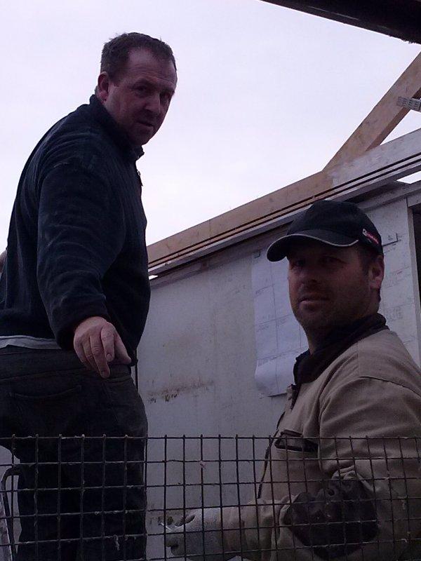 Malgrés le temps faut monter le nouveau pigeonnier, reccord battu démonté et remonté en une journée,