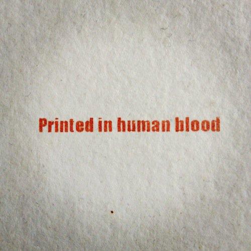 des affiches publicitaires réalisées avec du sang humain