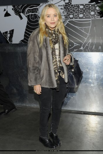Mary-Kate Olsen à une expo.