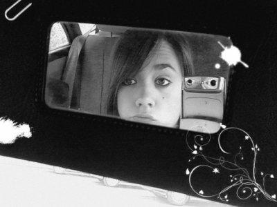 Regardez-vous dans un miroir. Qui voyez-vous regarder en arrière ? Est-ce la personne que vous voulez être ? Ou bien y avait-il quelqu'un que vous deviez être, la personne que vous deviez être mais que vous avez manqué ? Est-ce que quelqu'un vous dit que vous ne pouvez pas ? Car vous pouvez. Croyez que l'amour est dehors. Croyez que des rêves se réalisent tous les jours. Parce qu'ils se réalisent. Parfois, le bonheur ne vient pas de l'argent, de la célébrité ou du pouvoir. Parfois le bonheur vient des amis et de la famille et du bonheur tranquille de vivre une bonne vie. Croyez que des rêves se réalisent tous les jours. Parce qu'ils se réalisent. Alors jetez un oeil dans ce miroir et rappelez-vous d'être heureux, parce que vous le méritez. Croyez en cela. Et croyez que des rêves se réalisent tous les jours. Parce qu'ils se réalisent.