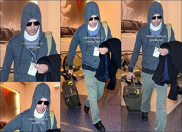 ' '03/12/14 : Freddie Prinze Jr est sorti de l'hôpital il à été aperçus embarquant à l'aéroport LAX à Los Angeles.  '
