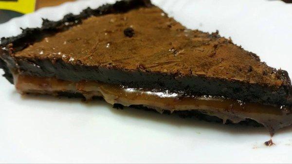 Tarte chocolat - caramel beurre salé .