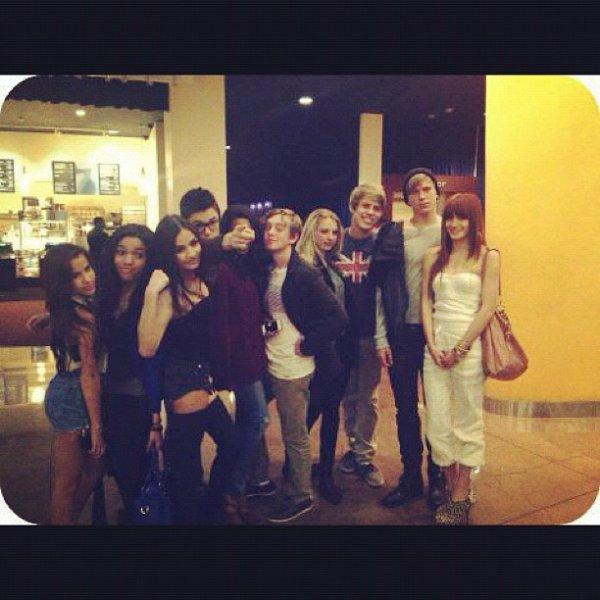Nouvelle photo TWITTER de Bella et ses amis! KIFFE pour être prévenue du prochain article!;)