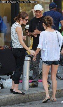 Emma et sont amie Amy ont était aperçu dans les Rues de New-York en trin d'acheter des bijoux dans les rues .Puis Emma a était prise en photo entrain de courir pour essayer de semer les Paparazzis . ( 14/09/2012)
