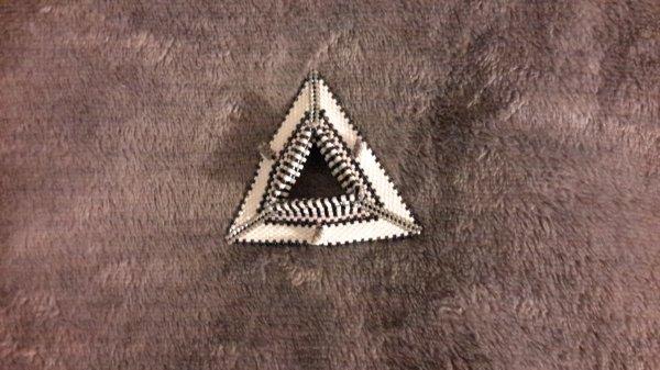Pendentif geometric tri-wing ring