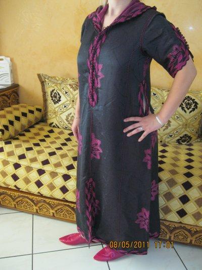 Djellaba noir et fleur fushia manche courte avec babouches assorties,  taille 38 à 42 , prix 50 ¤