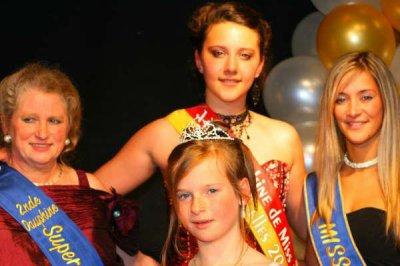 moi ( mini miss pac 2009) ma seour julie ( miss dour 2009) et 2eme dauphine 2008) et maria la 1ere dauphine miss pac 2009