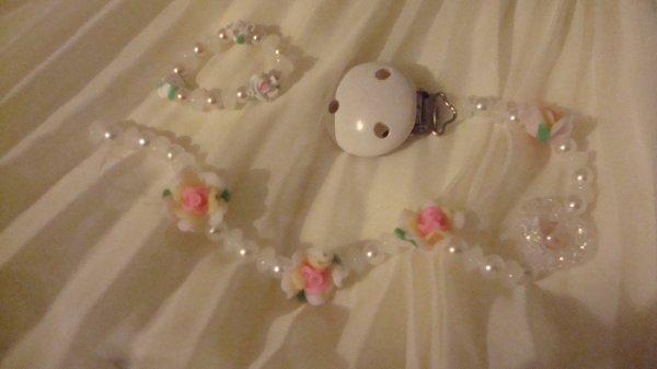 Attache-lolette en perle ..........
