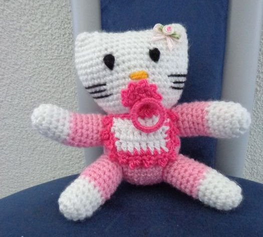 Hello Kitty ...... Géante .......au crochet ......