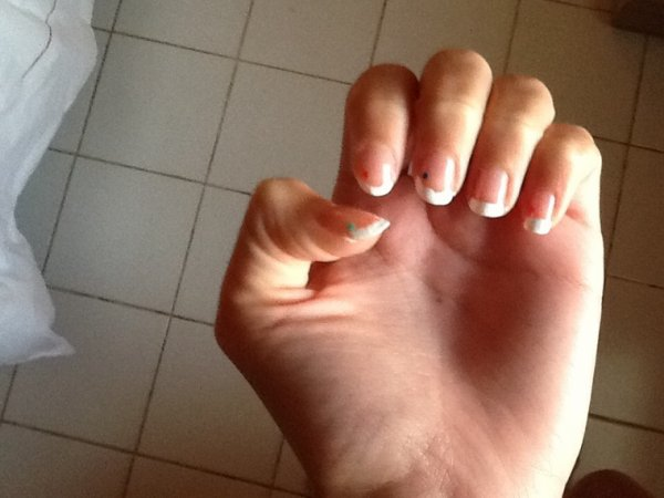 Un nail art... Pointilleux