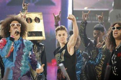 Justin baila junto LMFAO en los AMA's