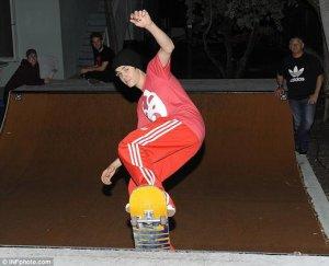 Justin Bieber sin camisa haciendo skate