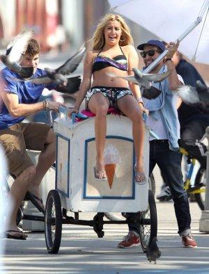 Ashley Tisdale y Sarah Hyland en sesión de fotos