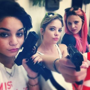 Vanessa Hudgens y Ashley Benson en el set de Spring Breakers