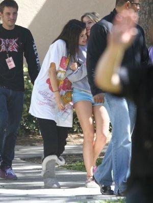 """Selena Gomez """"necesita el sol""""  + Vanessa hudgens rubia"""