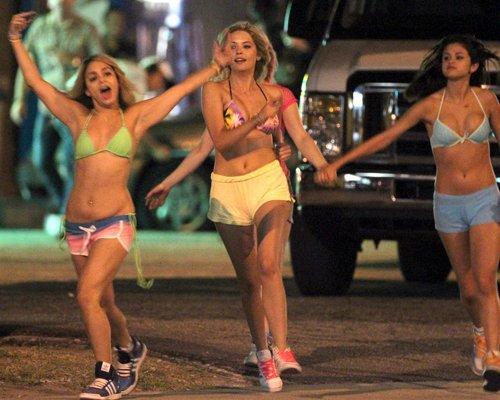 Vanessa, Selena y Ashley bebiendo y fumando en bikini