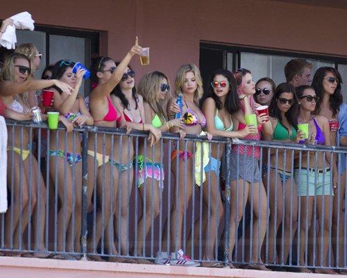 Selena, Vanessa y Ashley: fiesta en el balcon de l'hotel en bikini