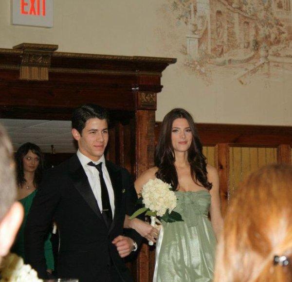 Ashley Greene y Nick Jonas juntos en una boda