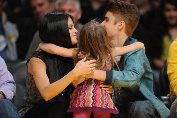 Justin y Selena en el partido de los Lakers